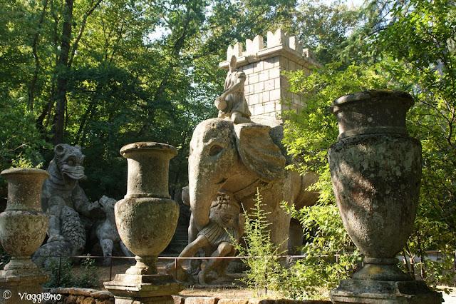Elefante, vasi e altre sculture al Sacro Bosco di Bomarzo