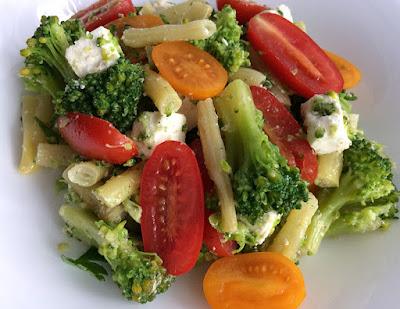 Sałatka z brokuła, fasoli szparagowej, sera feta i pomidorków