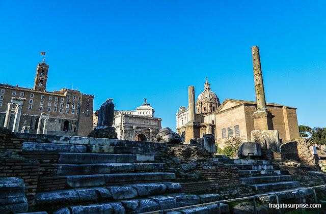 Palácio do Campidoglio, Altar da Pátria e Basílica de Santa Maria de Loreto vistos do Fórum Romano