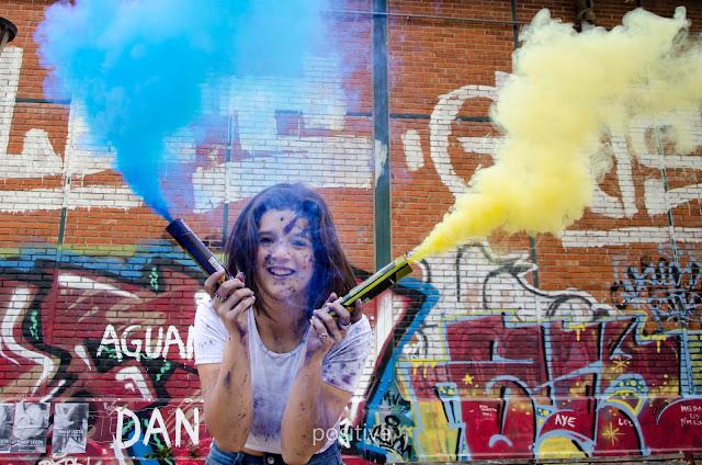 sesión para book de quince años con bengalas de colores en Rosario con paredes con graffitis