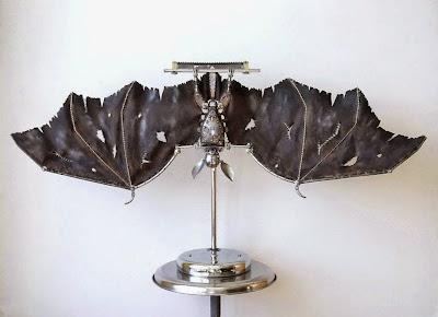Murciélago hecho con materiales reciclados