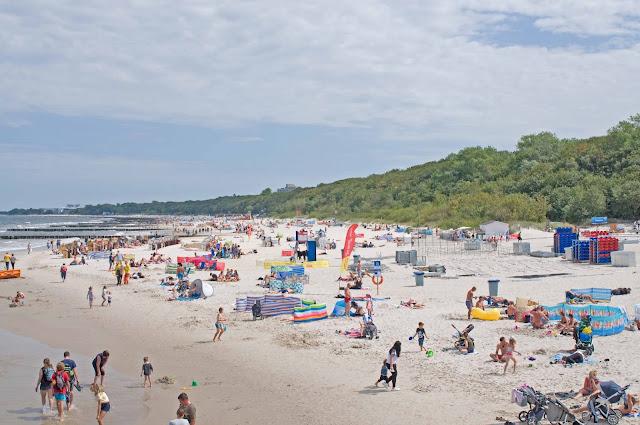plaża w okolicy molo w Kołobrzegu, widok na nabrzeże
