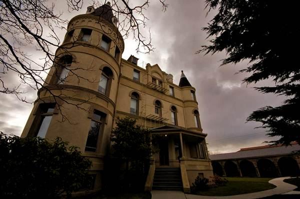 12 Rumah Bagus berhantu Terseram Terbesar di dunia