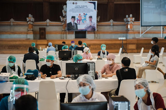 Sandiaga Uno Hadiri Program Vaksinasi Massal Poltekpar Bali.lelemuku.com.jpg