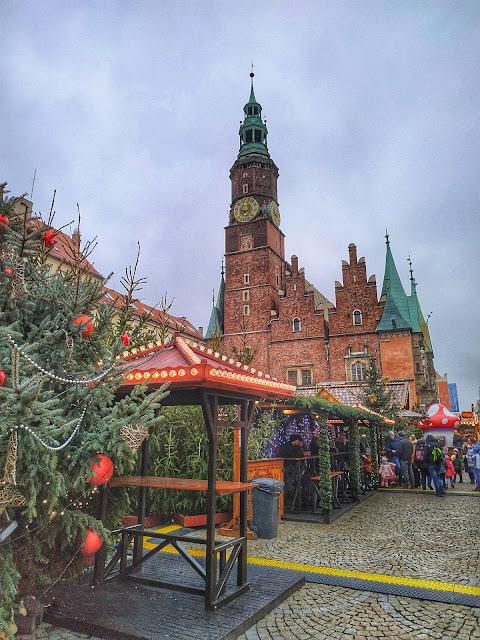 Jarmark Bożonarodzeniowy we Wrocławiu, widok na Ratusz