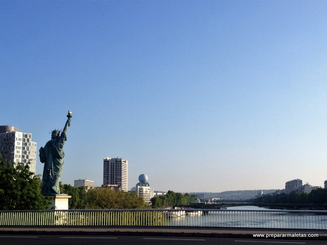 hay una estatua de la libertad en París