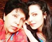 flora saini with her mother