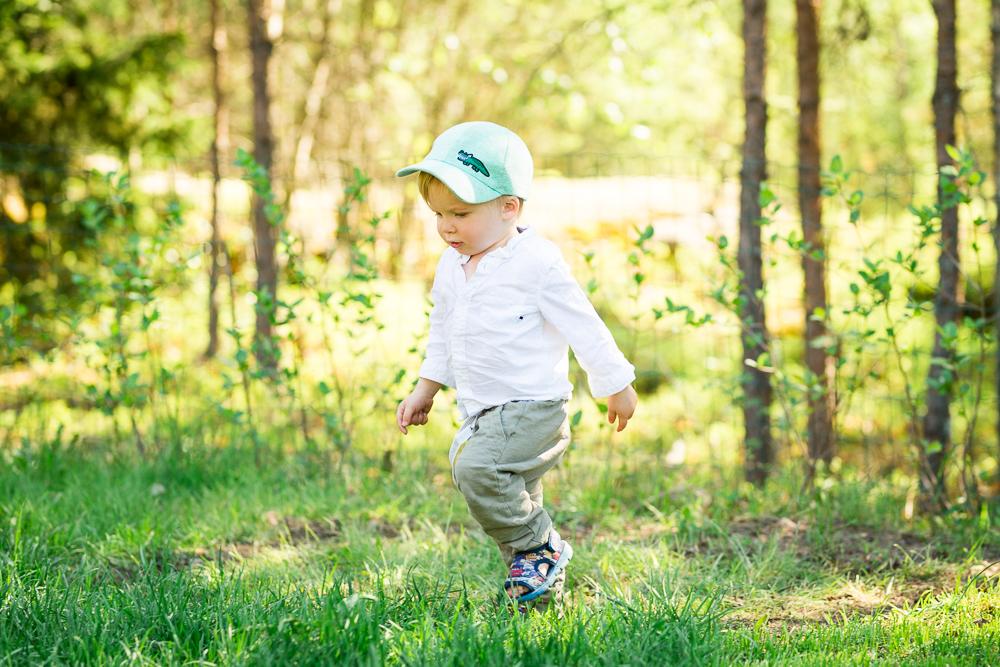 Lapsen ihon suojaaminen auringolta aurinkorasvoilla.
