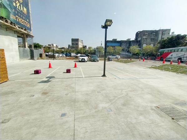 星巴克北港門市設計以雙手合十為意象,格柵天花和紙雕藝術牆好美