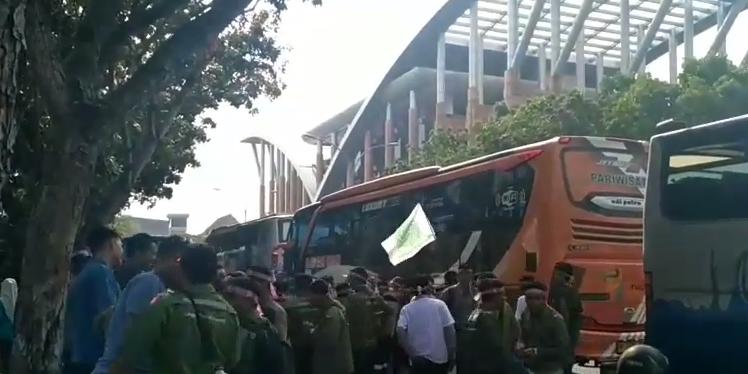 Puluhan Bus Angkut Puluhan Ribu Massa Buruh RAPP Berdatangan ke Kantor Gubri