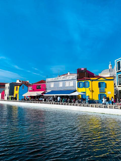 """Jak dojechać z Porto do Aveiro? Co zobaczyć w """"portugalskiej"""" Wenecji? Najważniejsze informacje o zwiedzaniu miasteczka."""
