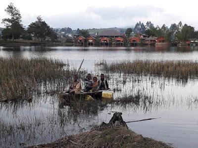 niños-en-barca-en-el-lago-del-hotel-lac-junto-parque-de-ranomafana-en-madagascar-con-enlacima
