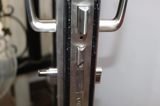 高雄上牌金屬門窗推薦這款圓弧有角度上下不同的自動加壓門鎖,可避免關門聲轟隆響。