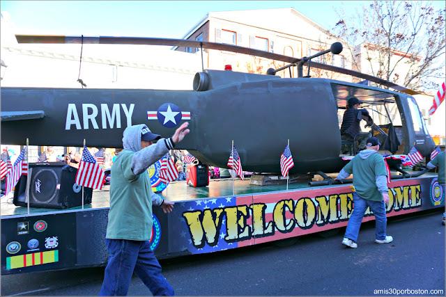Helicóptero de la Guerra de Vietnam en el Desfile de Acción de Gracias de Plymouth