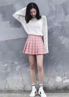 Cobalah rok plisket mini untuk menonjolkan sisi feminim