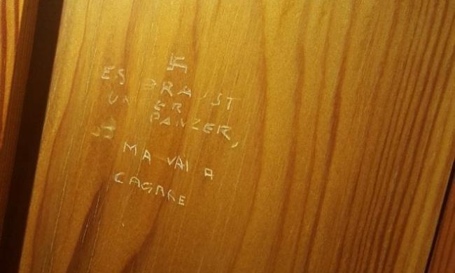 Svastica incisa nel bagno dei deputati a Montecitorio