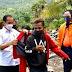 Foto Presiden Jokowi Kenakan Jaket Miliknya Kepada Pria Lembata Viral di Medsos