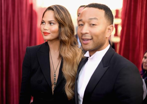 2017-01-29 クリッシー・テイゲン(Chrissy Teigen)夫のジョン・レジェンド(John Legend)と第23回SAG賞(全米映画俳優組合賞)に出席。