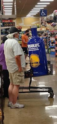 Vodka Einkaufswagen - komischer Mann beim einkaufen