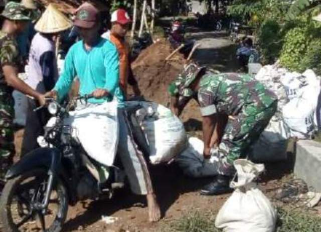 Warga dan Anggota TNI Perbaiki Tanggul Sungai Gandam Batangan