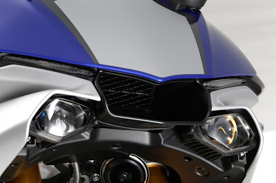 2016 Yamaha YZF R1 & YZF R1M front headlight image