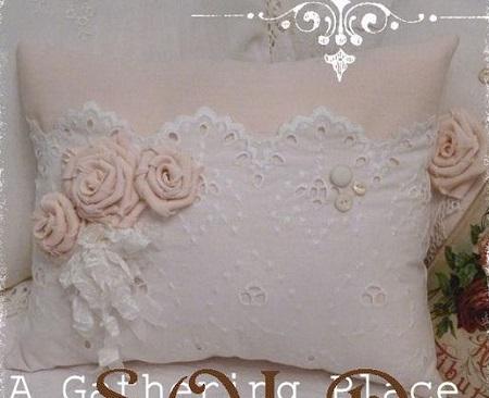 Decoração com almofadas bordadas com rendas e flores