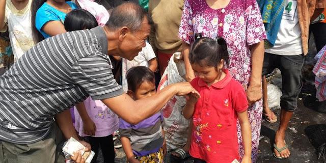 """LUAR BIASA, Seladi """"Si Polisi Jujur"""" Berikan Uang Hadiah dari Ketua DPR kepada Pemulung"""