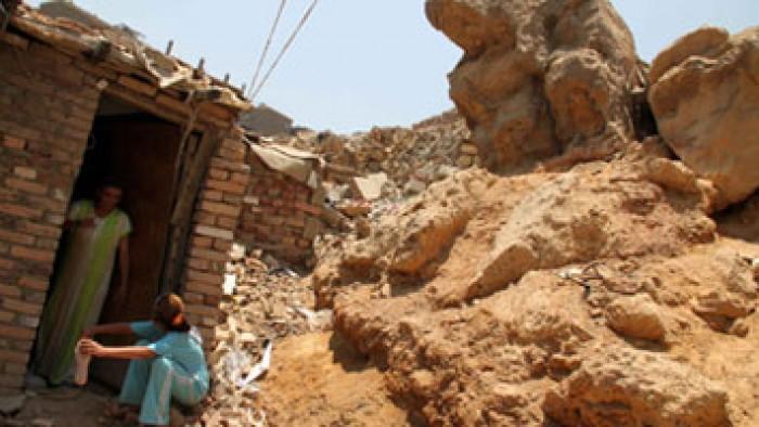 ننشر أول فيديو لحادث انهيار صخرة بمنشية ناصر