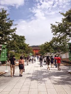 la strada affollata di turisti