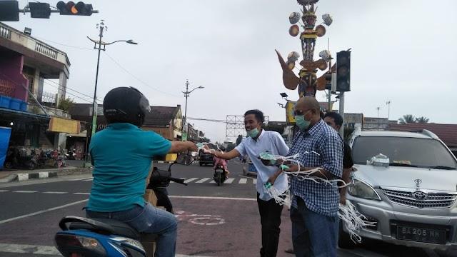 Sikapi Kabut Asap Makin Meluas, PWI Pariaman Bagikan Masker Kepada Masyarakat