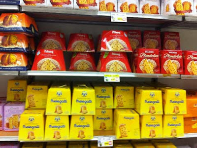 Scaffali di un supermercato con panettoni e pandori