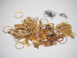 切れたネックレスと片方だけのピアスを売るなら今!最近とても高い金相場ですよ