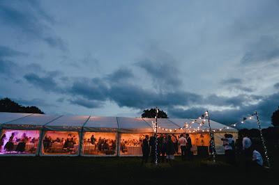 Carpa para boda con invitados a la caída del sol