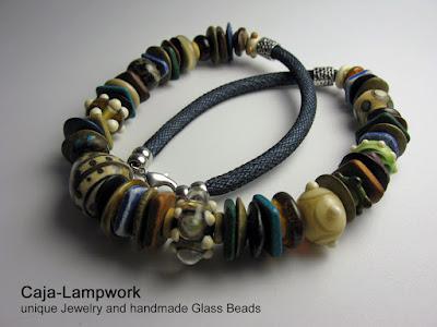 Glasschmuck in warmen erdigen Farben