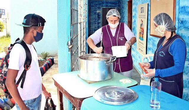 Além de hortaliças prefeitura distribui pães e sopas para esquentar população carente nestes dias frios em Colombo