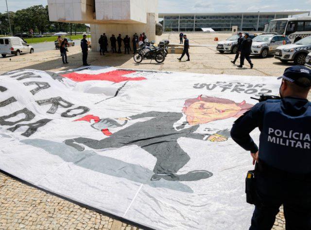 Policia Militar do Distrito Federal, prende manifestantes com cartaz chamando o presidente Jair Bolsonaro de 'genocida'.