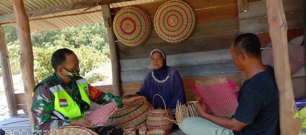 Didampingi Kepala Dusun II, Babinsa Kurnia Irwan Lakukan Komsos Dengan Warga Pengrajin Anyaman Keranjang