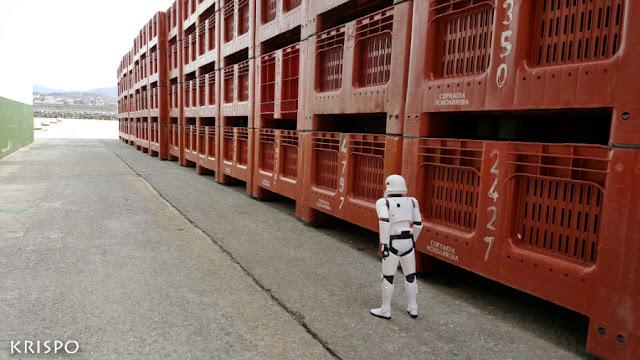 clon de star wars de espaldas caminando en el puerto de hondarribia