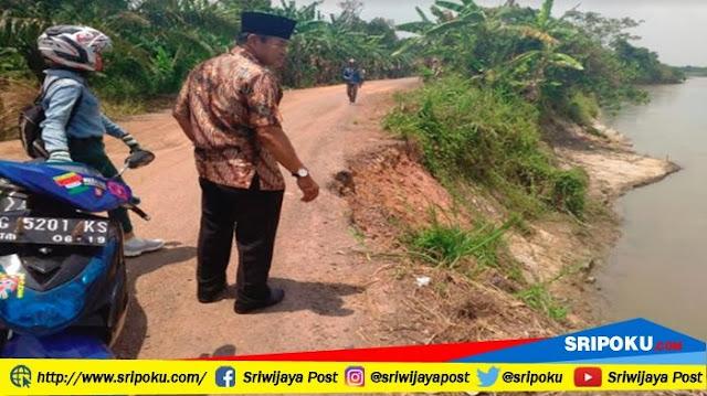 Jalan Longsor Terkikis Sungai, Ruas 2 Desa Nyaris Tak Bisa Dilewati