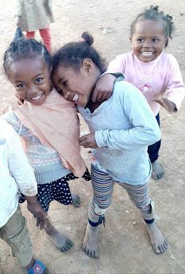 niñas-poblado-bara-de-mariany-en-madagascar-con-enlacima