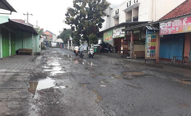 Keterangan foto: Jalan rusak dan berlubang di depan komplek Masjid Al-Huda Pandeyan.