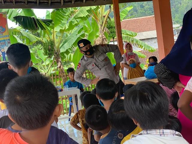 Brimob Polda Jatim Berikan Trauma Healing pada Anak Korban Gempa di Desa Kaliuling
