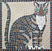 Mozaik parçalarından yapılmış bir kedi resmi