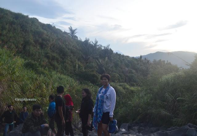 Cekeran bisa membantu memantapkan pijakan kaki di jalur licin pendakian Gunung Lokon ©JelajahSuwanto