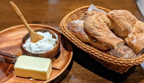 Pre-meal bread, butter, sour cream