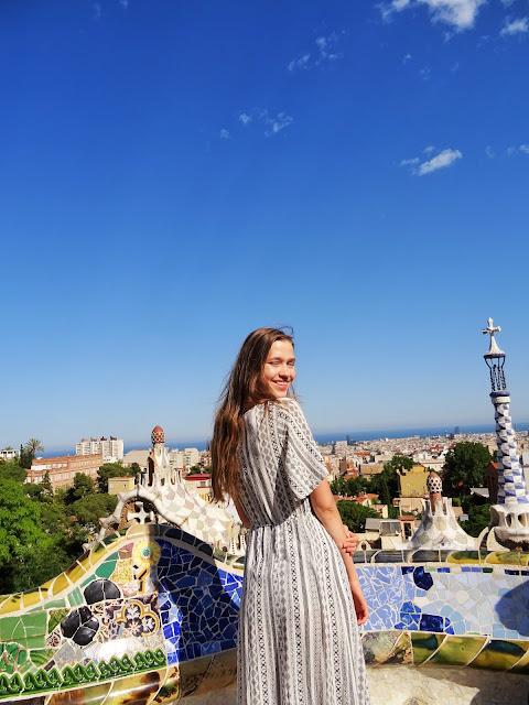 wakacyjna stylizacja, wakacyjny lookbook, Barcelona, modelka, outfit, stylizacje, lato 2019, trendy 2019,  Hiszpania, Park Guell, Park Gaudiego, wakacje 2019, modelka