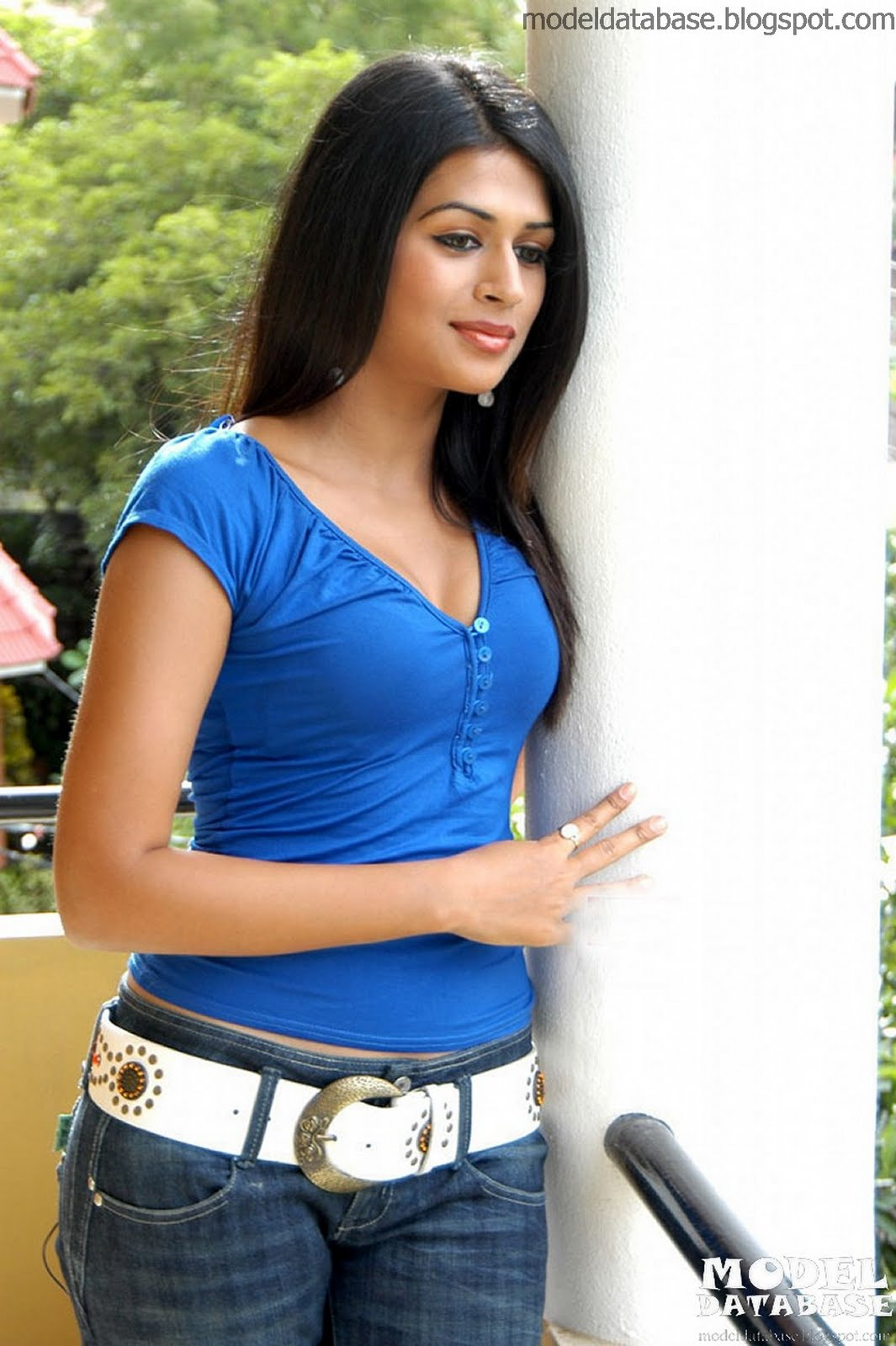 Girls And Car Indian Actress Sraddha Das Red Hot In A -9286