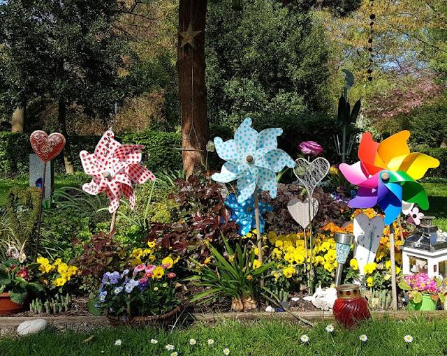 Wo man sein Sternenkind begraben kann: Der Urnenfriedhof Kiel. Die Gräber der verstorbenen Kinder sind sehr liebevoll gestaltet.