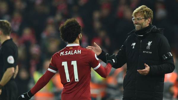 Mohamed Salah and Jurgen Kloop shaking hands
