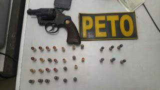 Foram apreendidas 26 munições de pistola.40 e um revólver calibre .38 municiado.